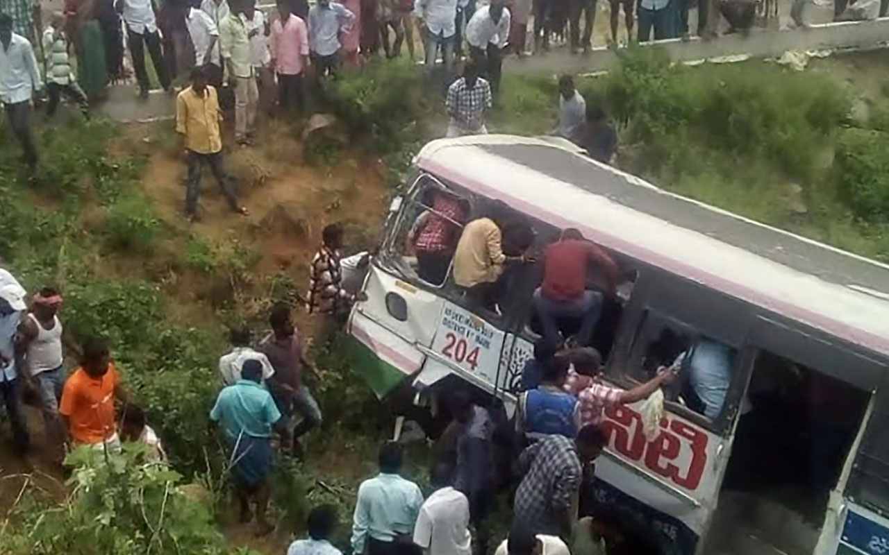 1 dead, 2 injured as vehicle crashes into shop in Osogbo